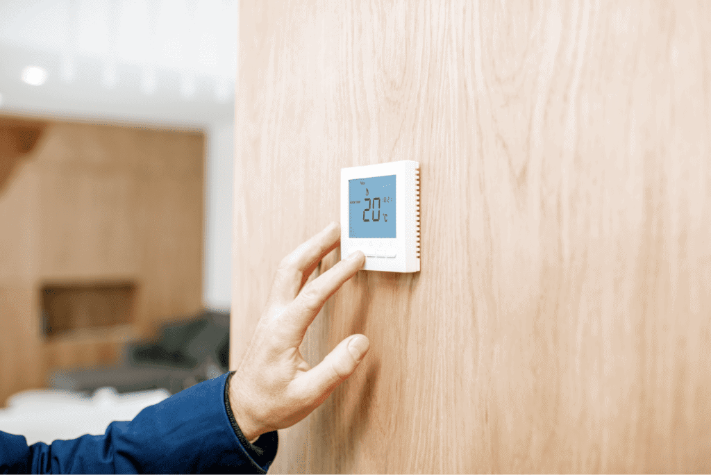 Adjusting room temperature with electronic thermostat at home