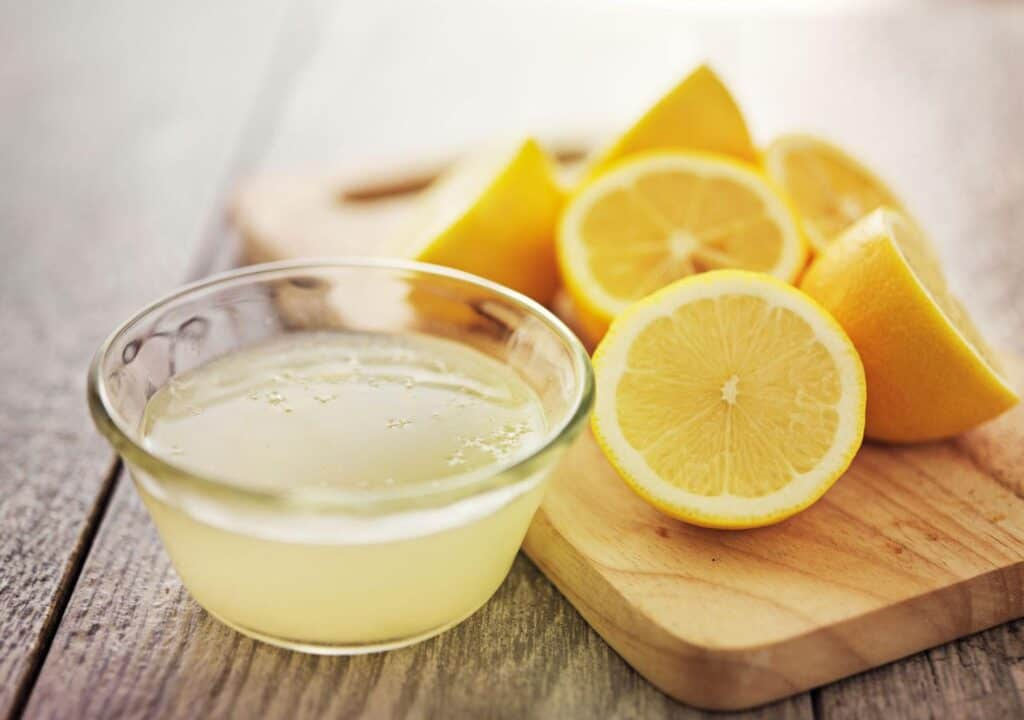 Squeezed lemon juice in small bowl